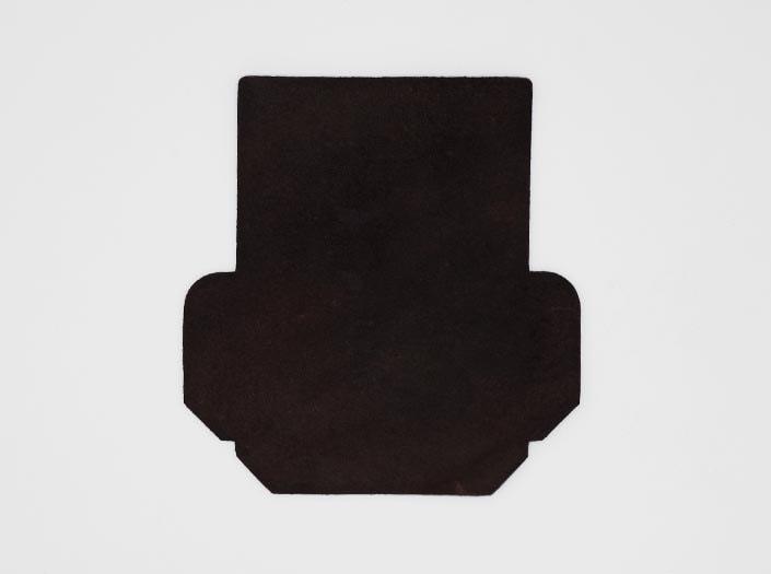 製品染めダークブラウン:カードケースの裏面
