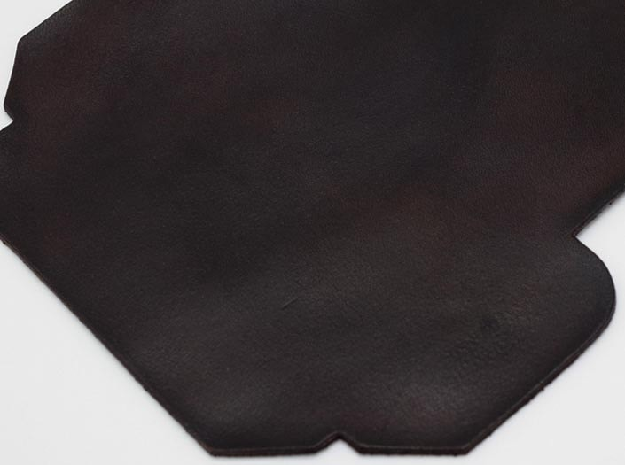 製品染めダークブラウン:カードケースのディテール