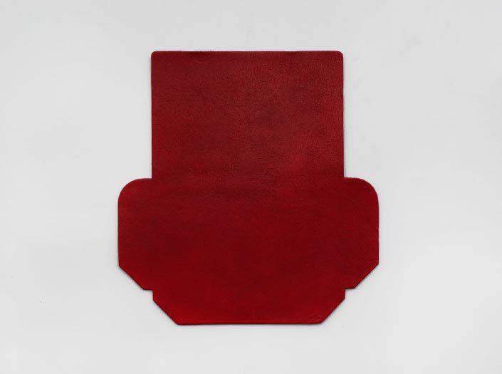 製品染めディープレッド:カードケースの表面