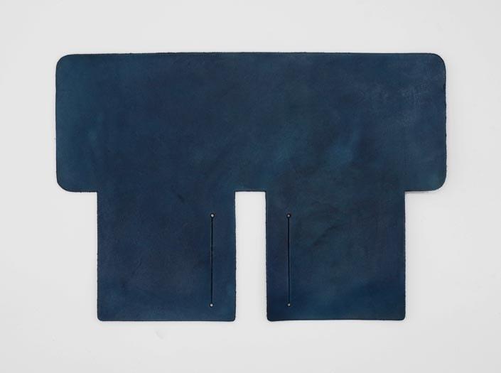 製品ムラ染めネイビーブルー:札ケース(二つ折り財布)の表面