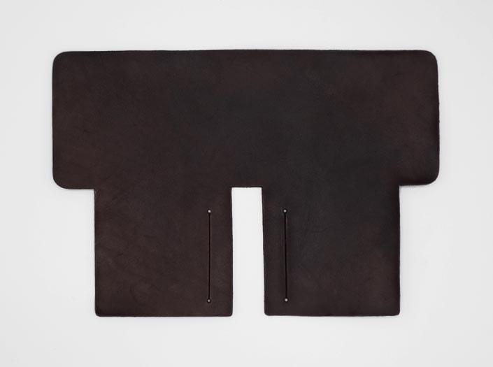 製品染めダークブラウン:札ケース(二つ折り財布)の表面