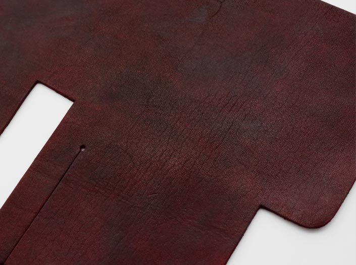 製品染めブリックレッド:札ケース(二つ折り財布)のディテール