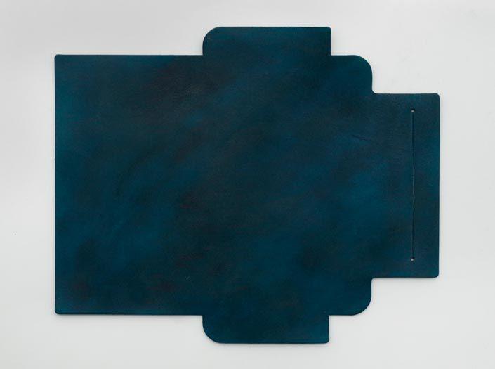 製品ムラ染めディープマリンブルー:札ケース(長財布)の表面