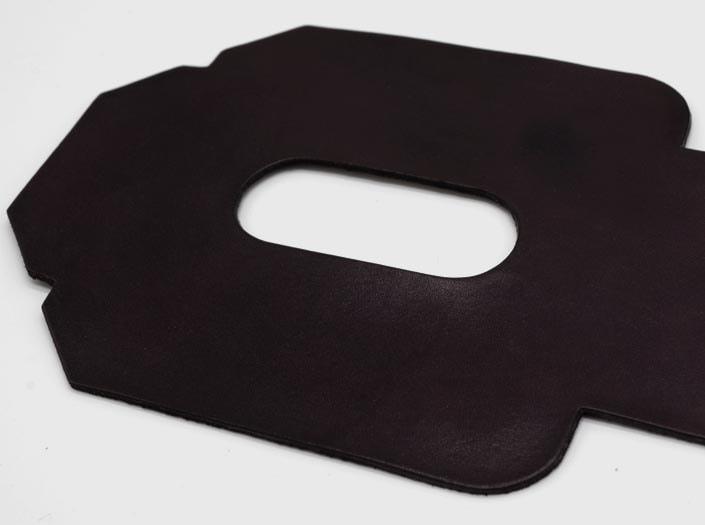 製品染めパープルブラウン:パスケースのディテール