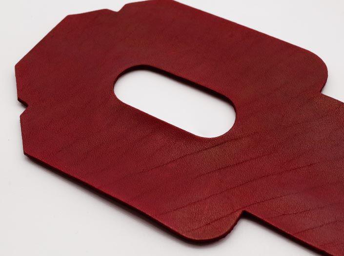 製品染めディープレッド:パスケースのディテール